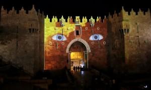 Porte de Damas, qui mène à la vieille ville de Jérusalem, est projetée aux yeux bleus de promouvoir 6e édition du Festival International de la Lumière, le 10 Juin, 2014 de la capitale. Photo: Reuters