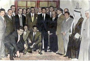Visite des membres de l'OLP au Caire, juste après sa création en 1964. Au centre, Abdel Gamal Nasser ; à sa gauche, après le maréchal Abdel Akim Hamer, Ahmed Choukayri, premier président de l'organisation. Archive, source inconnue (elagha.net).