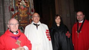 De gauche à droite, dans la basilique : le père André Guillevic, recteur du sanctuaire de Sainte-Anne-d'Auray ; Tewfic et Ghada Habesch ; le père Frédéric Fagot, président des Veilleurs de la Paix. | Ouest-France