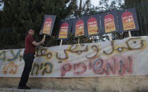 696933-un-israelien-tient-une-pancarte-sur-laquelle-est-ecrit-ensemble-contre-la-terreur-lors-d-un-rassembl