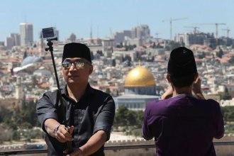 Touristes indonésiens sur les pentes du Mont des Oliviers à Jérusalem, en avril, essayant de photographier l'Esplanade des mosquées(Photo Nati Shohat / Flash90)