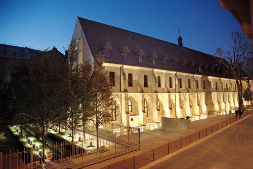 Vue_exterieure_de_nuit_du_College_des_Bernardins_c_Laurence_de_Terline