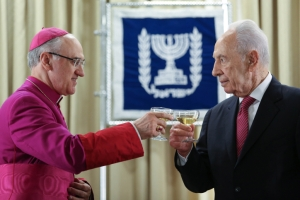 Israeli President Shimon Peres (R) attends a ceremony of the incoming vatican Ambassador to Israel, archbishop Giuseppe Lazzarotto, at the President's house in Jerusalem. December 04, 2012. Photo by Oren Nahshon/FLASH90  *** Local Caption *** ùâøéø åúé÷ï äðëðñ ùîòåï ôøñ ðùéà äîãéðä
