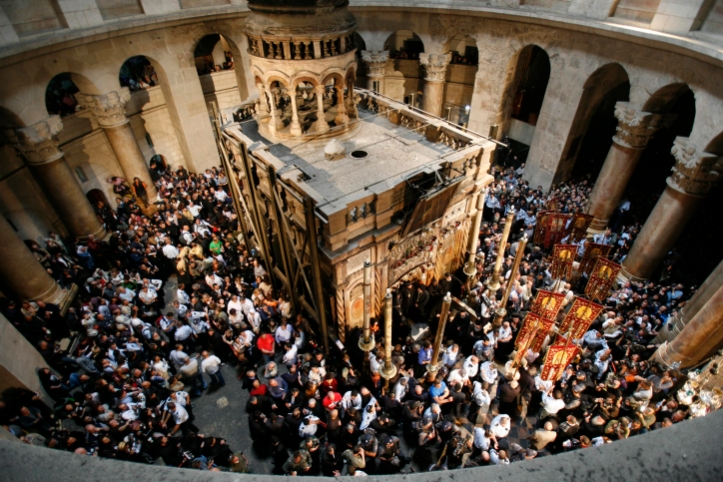 Orthodox christians hold candles as worshippers gather around the Edicule at the Church of the Holy Sepulcher, traditionally believed to be the burial place of Jesus Christ, during the ceremony of the Holy Fire in Jerusalem's Old City, Saturday, April 7, 2007. The Holy Fire ceremony is part of Orthodox Easter rituals and the flame symbolizes the resurrection of Christ. The ceremony dates back to the 12th century.Photo by Nati shohat /Flash90 *** Local Caption *** ôñçà çâ çâéí ðöøåú ðåöøéí ðåöøé ðåöøéä ëðñéä ëðñééä öìá éùå ëðñééú ëðñéú ä÷áø ä÷ãåù ùáú äàåø  ðåöøéí öìéðéí