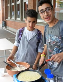 Leçon de cuisine pour les élèves de l'école latine de Ramallah à Marcq-Institution (Marcq-en-Baroel) © A. de Rambuteau