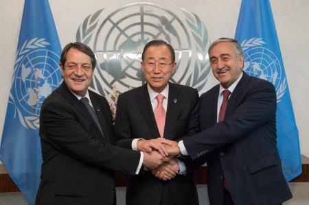 Le Secrétaire général Ban Ki-moon (au centre) avec les dirigeants chypriote grec Nicos Anastasiades (à gauche) et chypriote turc Mustafa Akyncy. Photo ONU/Isaac Billy