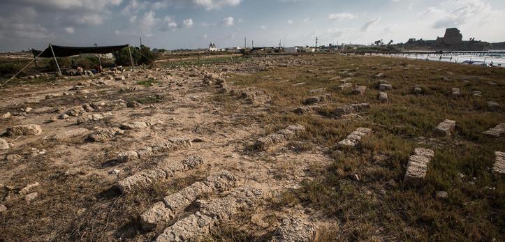 Marqueurs de tombes du cimetière franc d'Atlit, en Israël, en contrebas de Château-Pèlerin, un bastion de l'ordre des Templiers (en arrière-plan). La tente à gauche abrite des tombes mises au jour. Le cimetière était utilisé au XIIIe siècle, probablement par les Templiers, les populations alentour et les pèlerins. Les fouilles, débutées en 2015, étudient l'organisation spatiale, les pratiques d'utilisation du cimetière, l'origine géographique et l'ascendance des défunts. Elles permettent aussi d'identifier les restitutions réalisées après d'anciennes fouilles britanniques en 1934. UMR5199 DE LA PREHISTOIRE A L'ACTUEL : CULTURE, ENVIRONNEMENT ET ANTHROPOLOGIE 20180061_0003